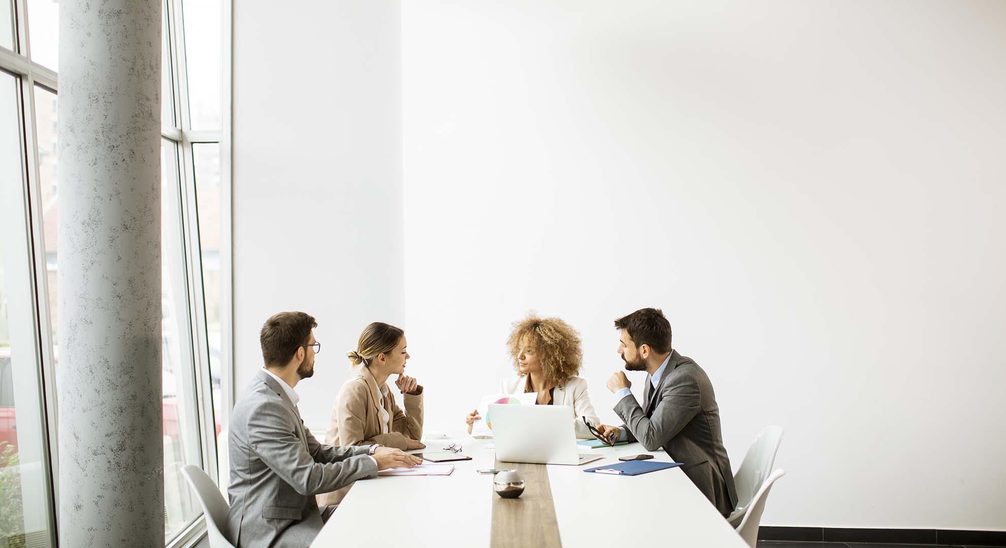 Personas teniendo una reunión